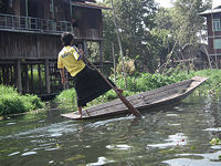 Unique Inle rowing style